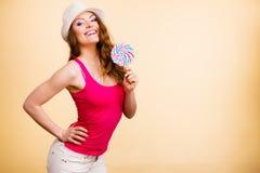 La femme juge la sucrerie colorée de lucette disponible images libres de droits