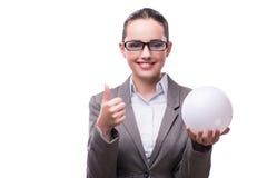 La femme jugeant la boule de crystall d'isolement sur le blanc Photographie stock