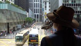 la femme 4K asiatique de touristes utilisent un chapeau dans le pont piétonnier de Hong Kong Central clips vidéos