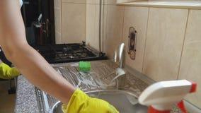 La femme lave des paraboloïdes banque de vidéos