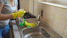 La femme lave l'évier banque de vidéos