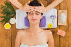 La femme a le massage principal au centre indien de bien-être de station thermale photos libres de droits