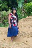 La femme locale de jeunes se tient sur la plantation de thé Photo stock