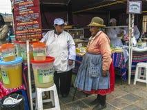 La femme locale de tribu demande dans un restaurant extérieur de l'aumône photographie stock