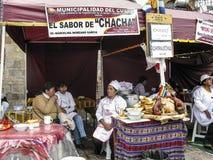 La femme locale de tribu demande dans un restaurant extérieur de l'aumône image libre de droits