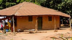 La femme locale non identifiée traîne des vêtements dans un village dans Guin photo stock