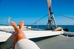 Détente sur un catamaran Images libres de droits