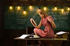 La femme a lu le roman d'histoire d'amour dans la bibliothèque La lecture alimente l'imagination Nouvelle technologie dans l'éduc Images libres de droits