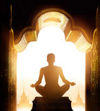 La femme méditait à la voûte de sanctuaire d'or pendant le matin photo libre de droits