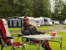 La femme mûre s'assied avec un smoothi végétal dans un camp de tente La vie en nature, Ecosse image libre de droits
