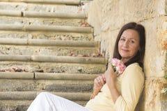 La femme mûre attirante dans l'amour avec s'est levée Photographie stock libre de droits