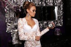 La femme magnifique porte la robe élégante, posant dans l'intérieur luxueux images stock