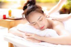 La femme magnifique prend un repos de travail à l'aide de l'aromatherapy image libre de droits