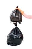La femme maintiennent des déchets dans le sac pour pour éliminer Photos stock