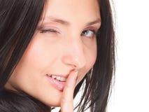 La femme maintiennent le doigt tranquille de geste sur la bouche d'isolement photos libres de droits