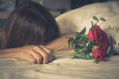 La femme maintiennent rose et pleurer Photo stock