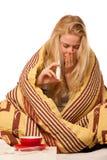 La femme malade s'asseyant sur le mauvais enveloppé dans une défectuosité couvrante de sentiment, a Image libre de droits