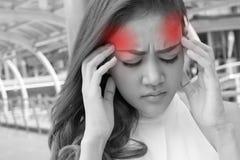 La femme malade souffre du mal de tête, migraine, gueule de bois, effort image stock
