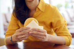 La femme mangent le beignet Photos stock