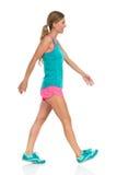 La femme marche dans des vêtements de sport intégraux Photographie stock libre de droits