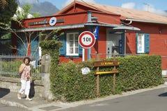 La femme marche par la rue de Fond de Rond Point à St Denis De La Reunion, France Images libres de droits