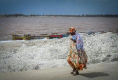 La femme marche par le lac rose Photo stock