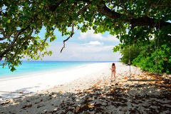 La femme marche sur la plage pour la relaxation photos stock
