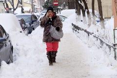 La femme marche sur la rue en hiver Image stock