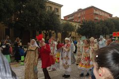 La femme masquée par Russe fait le selfie avec les masques traditionnels de carnaval Photographie stock libre de droits