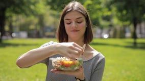 La femme me donne une cuvette avec de la salade clips vidéos