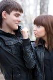 La femme menacent par le poing son ami à l'extérieur Image libre de droits