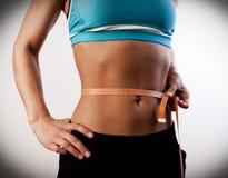 La femme mesure le ventre photographie stock libre de droits