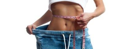 La femme mesure la taille après la perte de poids, Suivez un régime le concept Image libre de droits