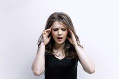 La femme met des mains sur la tête Concept des problèmes Photo stock