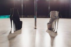 La femme met dessus des chaussures et la danse sur le studio de poteau photo libre de droits