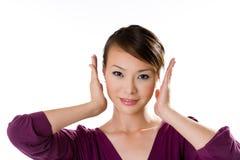 La femme met ses deux paumes côte à côte son visage Image libre de droits
