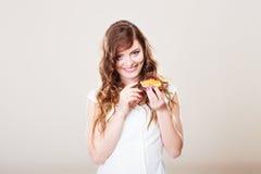 La femme mignonne juge le gâteau de fruit disponible Photographie stock