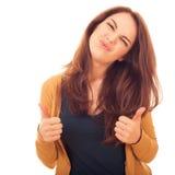 La femme mignonne montre à OK de geste deux mains Image libre de droits