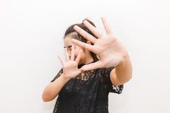 La femme a mis ses mains dans la défense effrayée de quelque chose images libres de droits