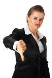 La femme moderne d'affaires affichant des pouces font des gestes vers le bas Photographie stock libre de droits