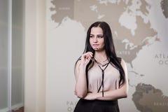 La femme moderne d'affaires dans le bureau avec l'espace de copie, se ferment vers le haut du por Photo stock