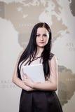 La femme moderne d'affaires dans le bureau avec l'espace de copie, se ferment vers le haut du por Image stock