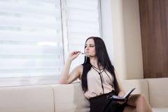 La femme moderne d'affaires dans le bureau avec l'espace de copie, se ferment vers le haut du por Photo libre de droits