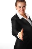 La femme moderne de sourire d'affaires étire à l'extérieur la main f Image stock