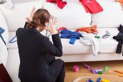 La femme moderne ne peut pas tenir un désordre de maison image stock