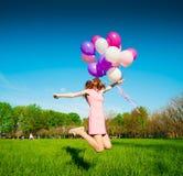 La femme monte en ballon, pleine taille, parc de ville, saut photographie stock libre de droits