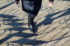 La femme monte les escaliers photo libre de droits