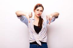 La femme montrant des pouces font des gestes vers le bas Photo stock