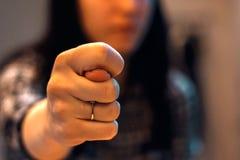 La femme mord des doigts par elle des doigts du ` s Image stock