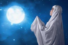 La femme musulmane asiatique prient à un dieu Images libres de droits